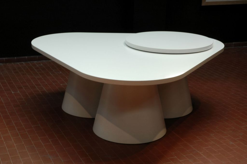 Футуристический столик