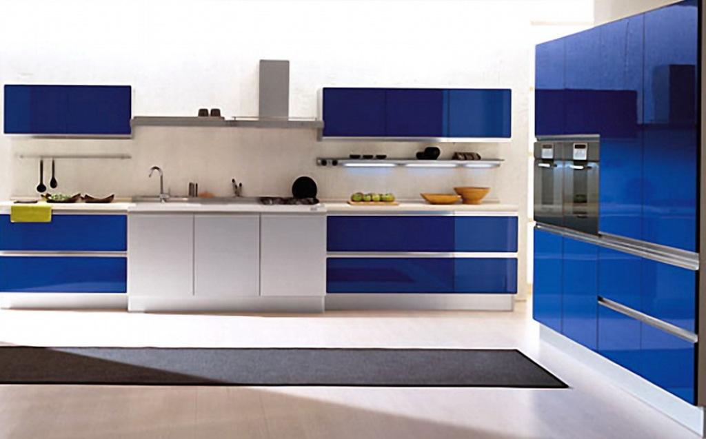 Светлая кухня с синими вставками