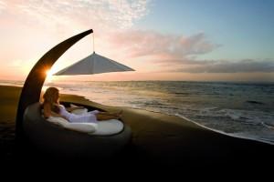 Мебель на берегу моря
