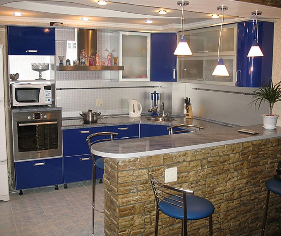 Кухня с синими дверцами