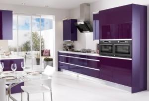 fioletovaja kuhnja 300x204 Выбираем цвет своей кухни