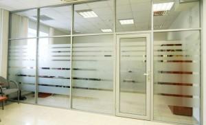 peregorodka alumini 300x182 Алюминиевые перегородки офисные