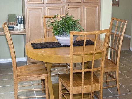 Ошибки в дизайне - Неудобные стулья у обеденного стола